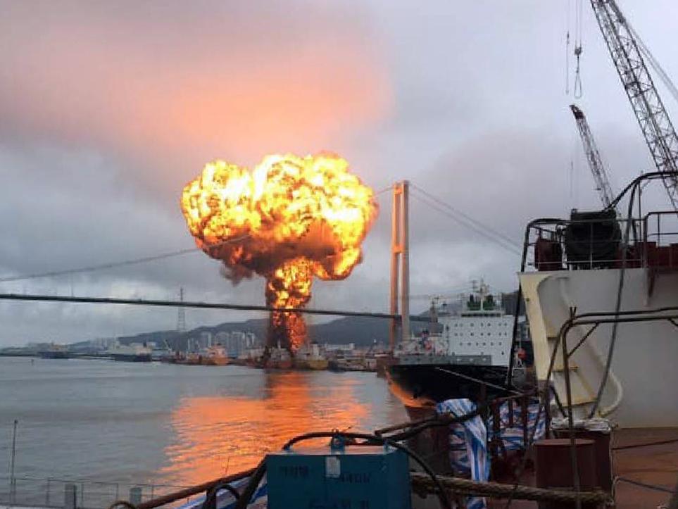 28일 오전 10시51분쯤 울산 염포부두에서 정박 대기중이던 선박에 불이 나 연기가 피어오르고 있다. [독자제공=뉴스1]