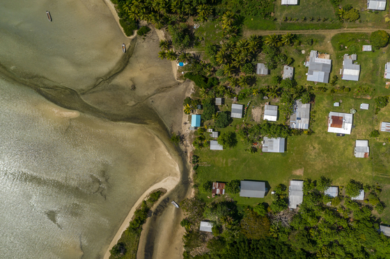 해수면 상승에 직접적인 영향을 받고 있는 피지의 한 마을. [Tom Vierus/WWF]