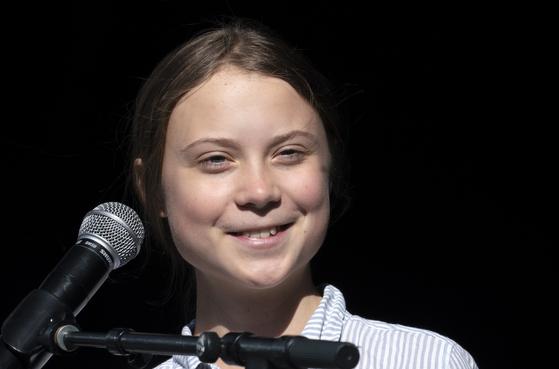 스웨덴 환경운동가 그레타 툰베리가 27일(현지시간) 캐나다 퀘벡주 몬트리올에서 열린 '환경파업' 집회에서 연설하고 있다. [AP=연합뉴스]
