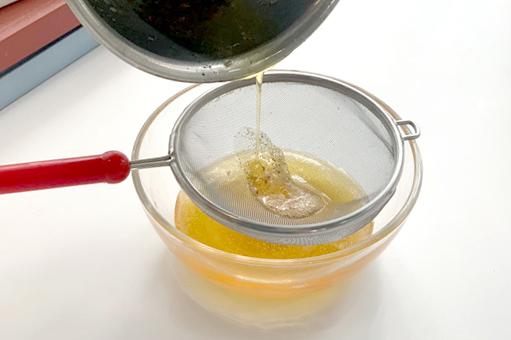 황금 갈색으로 태운 버터 뵈르 누아제트(beurre noisette). 이때부터 고소한 향이 온 주방을 가득 채웁니다. [사진 밀로베이킹 스튜디오]