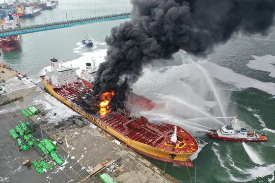 폭발과 함께 불이 난 선박에 울산시소방재난본부와 울산해경이 진화작업을 벌이고 있다.[사진 경상일보]