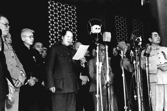 1949년 10월 1일 천안문 성루에 올라 중화인민공화국 성립을 발표하고 있는 마오쩌둥. [중앙포토]