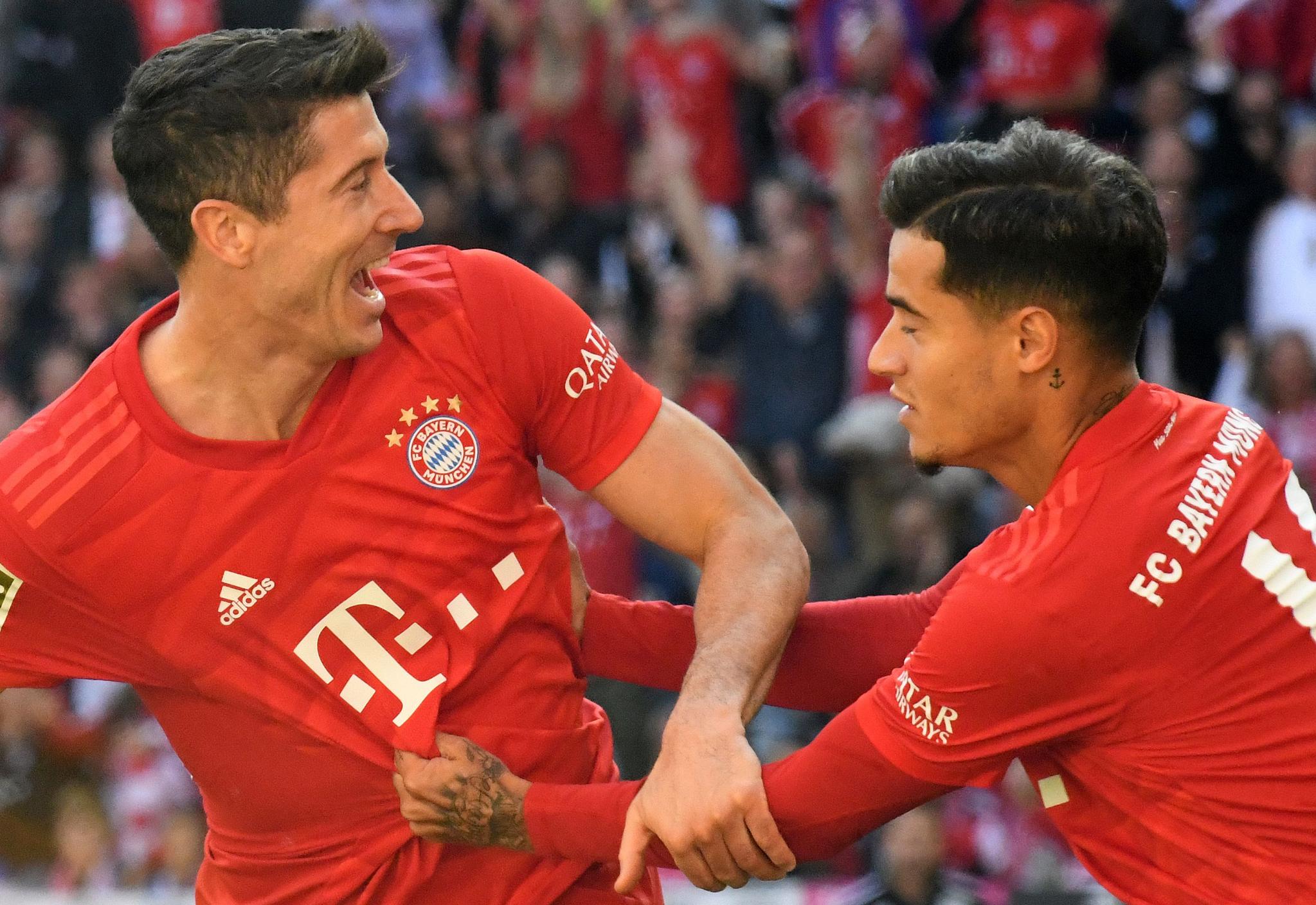 독일 바이에른 뮌헨 공격수 레반도프스키(왼쪽)와 미드필더 쿠티뉴(오른쪽)가 지난 21일 쾰른과 분데스리가 경기에서 기쁨을 나누고 있다.[AFP=연합뉴스]