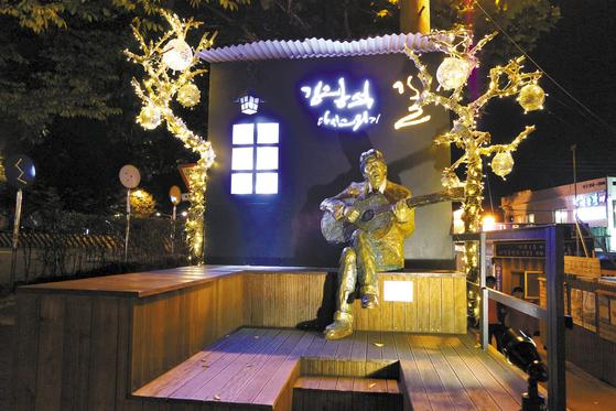 '한국관광 100선'에 이름을 올린 '김광석 길' 입구엔 통기타 가수 김광석의 동상이 세워져 있다. [사진 한국관광공사·대구시]