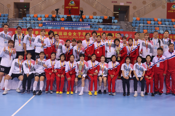 여자 핸드볼 대표팀이 도쿄올림픽 아시아 예선에서 5전 전승으로 올림픽 출전권을 거머쥐었다. 대회 종료 후 시상식장에서 북한 선수들과 함께 기념 촬영에 나선 우리 선수들. [사진 대한핸드볼협회]