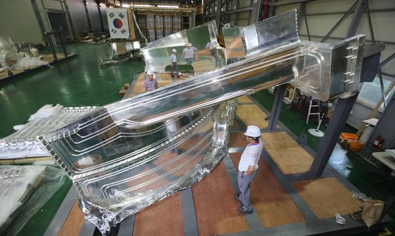프랑스 남부 카다라슈에 들어설 국제핵융합실험로(ITER)의 핵심 부품 중 하나인 열차폐체가 경남 창원의 삼홍기계에서 제작되고 있다. 진공용기용 열차폐체에는 5t에 달하는 순은이 도금된다. 송봉근 기자