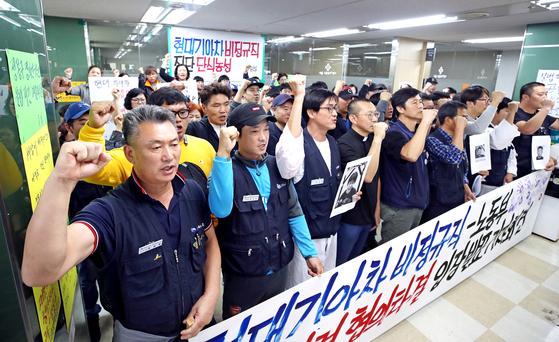 현대기아차 비정규직 노동자들이 지난해 10월 불법파견 문제 해결을 요구하며 서울지방고용노동청에서 농성을 벌였다. [연합뉴스]