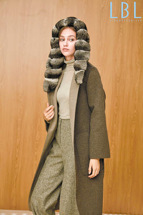 롯데홈쇼핑이 지난 21일 자체 패션 브랜드 LBL의 친칠라 코트를 선보여 뜨거운 호응을 얻었다. 완판을 기록한 만조니24의 '친칠라 피아나 후드 롱코트'. [사진 롯데홈쇼핑]