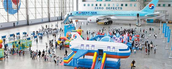대한항공은 지난 20일 직원·자녀를 초청해 패밀리데이를 개최했다. 정비격납고를 테마파크로 꾸며 아이들이 즐거운 시간을 갖도록 했다. [사진 대한항공]