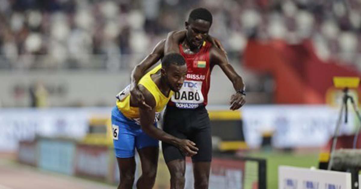 기니비사우 출신 브라이마 다보(오른쪽)가 27일 카타르 도하에서 열린 2019 세계육상선수권대회 남자 5,000m 1조 예선에서 아루바 출신 조너선 버스비를 부축하며 달리고 있다. [AP=연합뉴스]