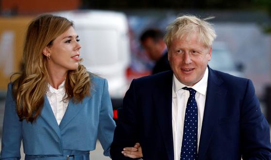 보리스 존슨 영국 총리와 여자 친구 캐리 시먼즈. 결혼하지 않은 파트너 관계로 총리 관저에서 사는 첫 커플이다. [로이터=연합뉴스]
