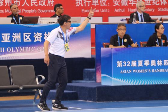 여자 핸드볼 대표팀이 중국 추저우에서 열린 도쿄올림픽 아시아 예선에서 5전 전승으로 올림픽 출전권을 거머쥐었다. 29일 중국전에서 작전 지시하는 강재원 감독. [사진 대한핸드볼협회]