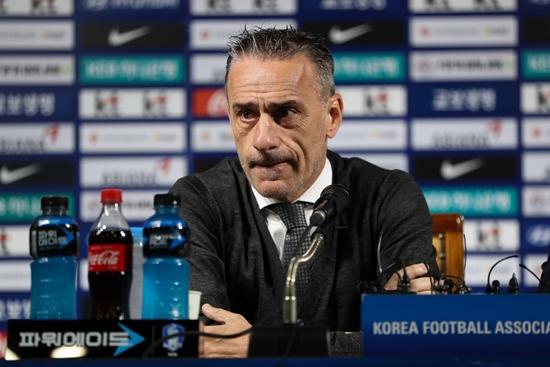 파울루 벤투 축구 대표팀 감독 이 스리랑카, 북한 과 의 2022 카타르 월드컵 아시아 지역 2 차 예선 에 나설 대표팀 소집 명단 을 발표 하고 있다. 대한 축구 협회