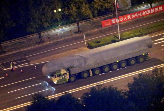 지난 21일 국경절 열병식 리허설에 전략(戰略·ZL) 장비 마크를 단 트럭에 중국 차세대 대륙간탄도미사일(ICBM)인 둥펑(東風)-41로 보이는 미사일이 위장막에 쌓여 이동하고 있다. 중국은 1일 열병식에 현역에 배치된 신형 자국산 장비를 대거 선보일 예정이다. [로이터=연합]