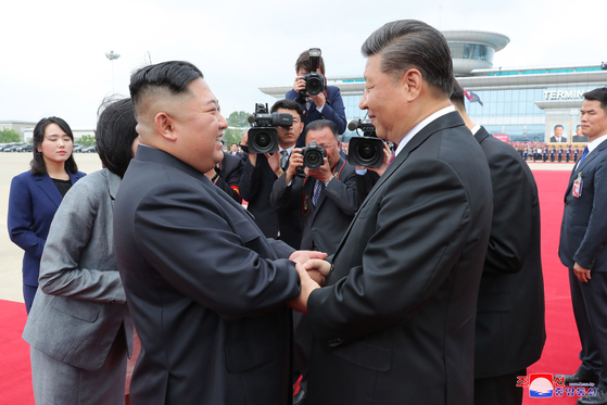 지난 6월 19일 북한 평양을 방문한 시진핑 중국 국가주석(오른쪽)을 김정은 북한 국무위원장(왼쪽)이 반갑게 맞고 있다. [연합뉴스]