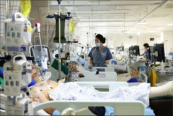 한 대학병원 외상센터 중환자실에서 의료진이 환자를 돌보고 있다. [중앙포토]