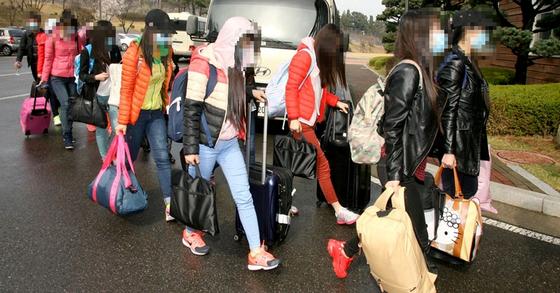 지난 2016년 4월 중국 저장(浙江)성 닝보(寧波) 소재 북한 류경식당에서 일하다 한국으로 들어온 여종업원들. [사진 통일부]