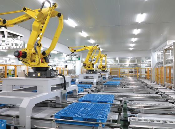 1일 동원홈푸드 스마트공장에서 소스류 제품을 로봇이 자동으로 적재하고 있다. [사진 동원홈푸드]