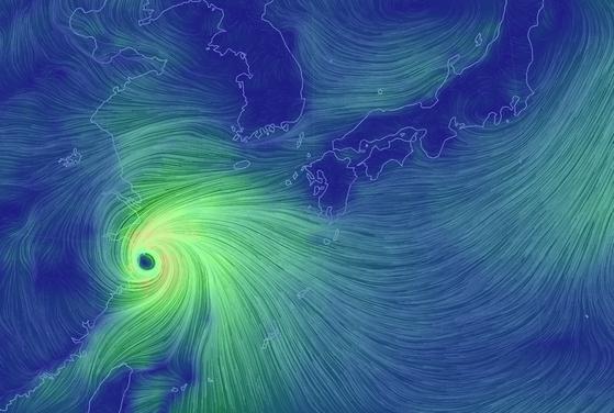 제 18호 태풍 미탁 인근의 대기흐름도. 태풍의 눈이 중국 상하이 남부 해안가에 바짝 붙어 이동하고 있다. 기상청은 태풍이 중국 해안가와 마찰하면서 많은 힘을 쓴 뒤 살짝 약화됐다가, 서해로 북상하면서 힘을 회복할 것으로 내다봤다. 우리나라에 상륙할 시점에는 지난번 태풍 '타파'보다 약간 약한 정도의 세기를 보일 것으로 예상된다. [자료 기상청]