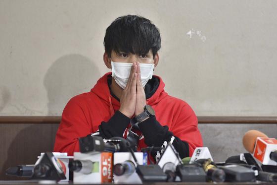 티띠마 사건의 유력한 용의자 라차데흐 웡타부트르(24)가 지난 18일 현지 경찰 기자회견에 참석했다. 라차데흐는 의식이 없는 티띠마를 그의 아파트로 끌고 간 혐의를 받고 있다. [AP=연합뉴스]