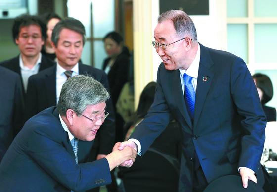 반기문 국가기후환경회의 위원장(오른쪽)은 30일 서울 프레스센터에서 미세먼지 문제 해결을 위한 제1차 국민 정책제안을 발표했다. 반 위원장이 입장하면서 참석자들과 인사하고 있다. [뉴시스]