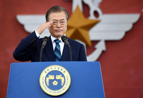 문재인 대통령이 1일 대구 공군기지에서 열린 국군의 날 행사에서 거수경례를 하고 있다. 청와대사진기자단