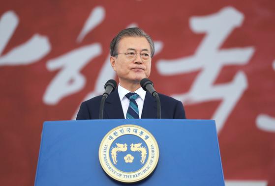 문재인 대통령이 1일 대구 공군기지에서 열린 국군의 날 행사에서 기념사를 하고 있다. [연합뉴스]