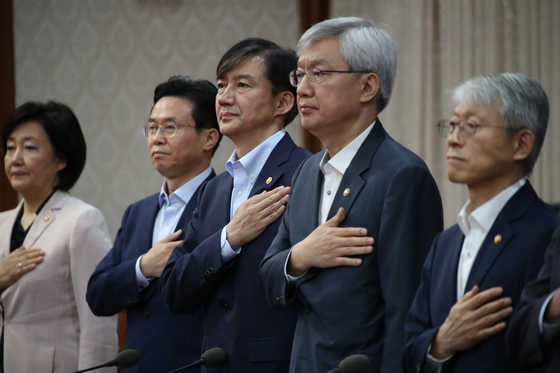 국무회의서 국민의례하는 장관들. [연합뉴스]