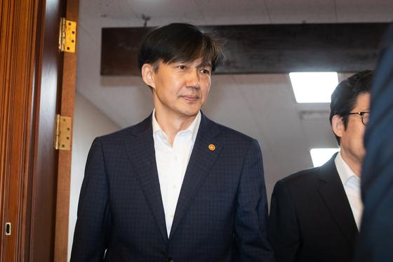 조국 법무부 장관이 1일 서울 종로구 정부서울청사에서 열린 국무회의에 참석하고 있다. [뉴스1]