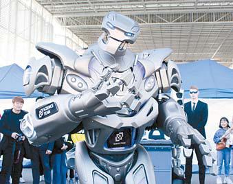 대전사이언스 페스티벌에서 엔터테인먼트 로봇 'AI타이탄'이 포퍼먼스를 보이고 있다.