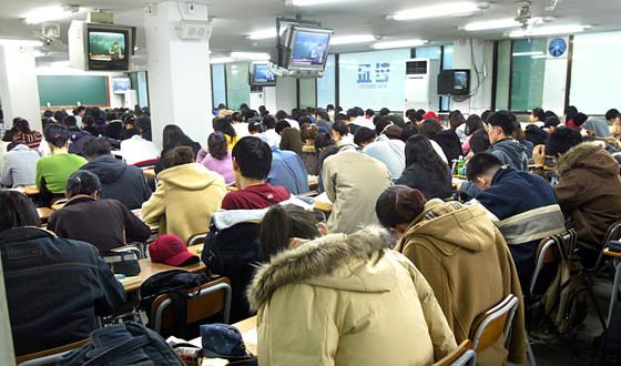 취업준비생들이 학원에서 수업에 열중하는 모습. 사진은 기사와 직접적인 관련이 없음. [중앙포토]