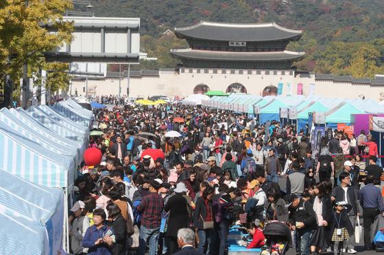 지난해 10월 21일 서울 서울 광화문광장에서 열린 위아자 나눔장터 모습. 최정동 기자