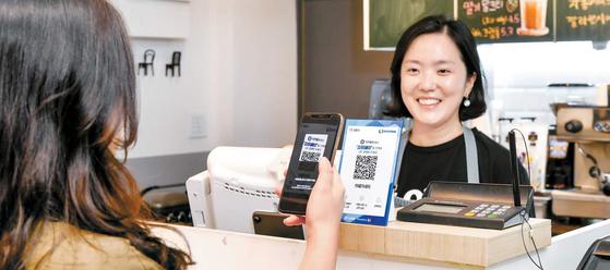 스마트폰으로 김포페이의 가맹점에 비치된 QR코드만 인식하면 손쉽게 결제가 이뤄진다.