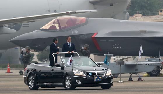 문재인 대통령이 1일 대구 공군기지에서 열린 제71주년 국군의날 기념식에서 육해공군 전력 지상사열을 하고 있다. 뒤로 보이는 전투기가 F-35A 스텔스.. 강정현 기자