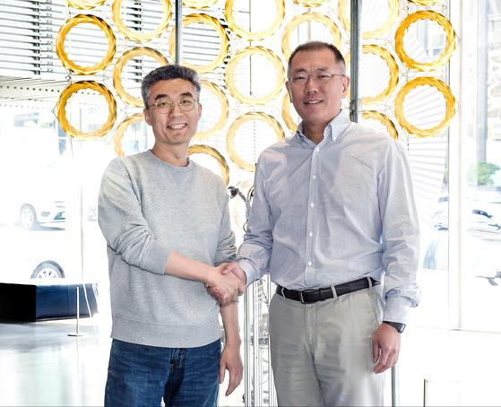 정의선(오른쪽) 현대자동차그룹 수석부회장이 지난 4월 서울 논현동 '현대 모터스튜디오 서울'에서 송창현 코드42 대표와 만나 악수하고 있다. 현대차그룹은 총 170억원을 투자해 코드42가 개발 중인 도심형 모빌리티 플랫폼 '유모스'에 참여한다. [사진 현대자동차그룹]