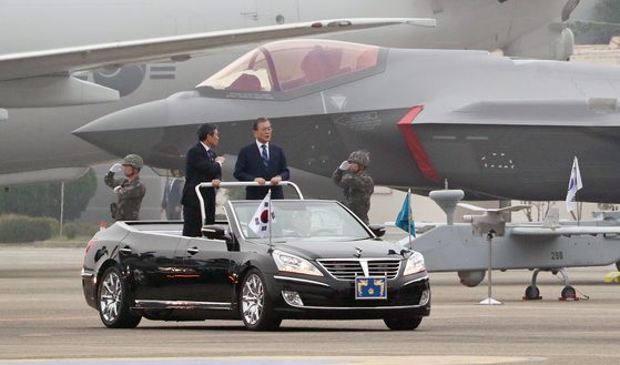 문재인 대통령이 1일 대구 공군기지에서 국군의 날 기념행사에서 정경두 국방부 장관과 함께 F-35A 스텔스 전투기를 사열하고 있다. [연합]