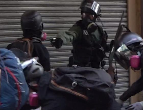 1일 홍콩 경찰이 시위 남성의 가슴에 총구를 겨누고 실제 발사하는 장면. [페이스북]