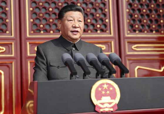 """시진핑 중국 국가주석이 1일 천안문 성루에서 건국 70주년 기념 연설을 하고 있다. 시 주석은 """"중국 군대는 중국뿐 아니라 세계 평화도 수호해야 한다""""고 말했다. [AP=연합뉴스]"""