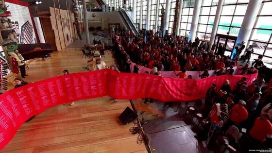 캐나다 국립 진실화해센터는 지난달 30일 기숙학교에서 숨진 원주민 어린이 2800명의 이름이 적힌 50m 길이의 붉은 두루마리를 펼치고 이들을 추모했다. [사진 진실화해센터]