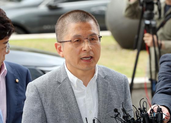 황교안 자유한국당 대표가 1일 오후 양천구 서울남부지검에서 패스트트랙 관련 조사를 받기위해 출석하며 입장을 밝히고 있다. 김경록 기자