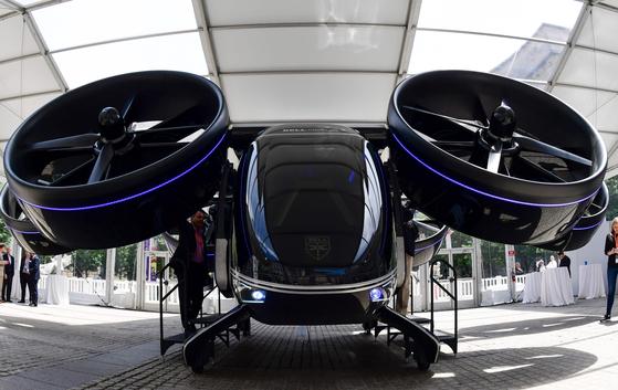 현대차그룹이 본격적으로 '플라잉카' 사업에 진출한다. 사진은 차량공유업체 우버가 지난 6월 미국에서 공개한 '플라잉카'의 모습. [AFP=연합뉴스]