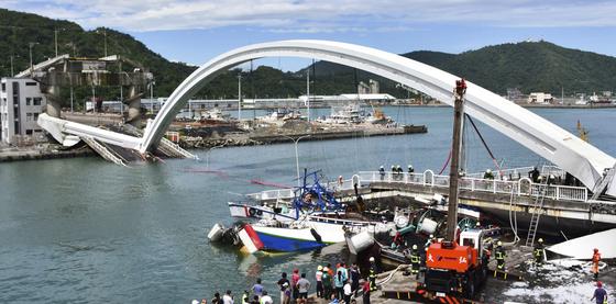 1일 대만 북동부 난팡가오에서 발생한 다리붕괴 현장에서 구조대원들이 수색작업을 하고 있다.[AP=연합뉴스]