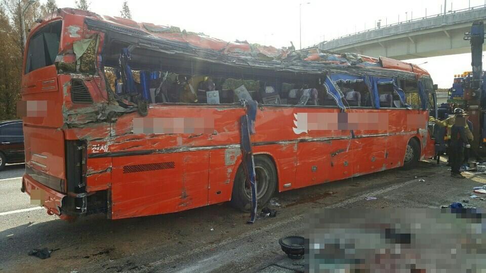 행락철인 10월에는 전세버스 사고가 많이 늘어난다. [중앙포토]