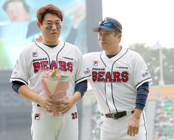 2017년 두산에서 뛰었던 양의지(왼쪽)와 김태형 감독. [중앙포토]