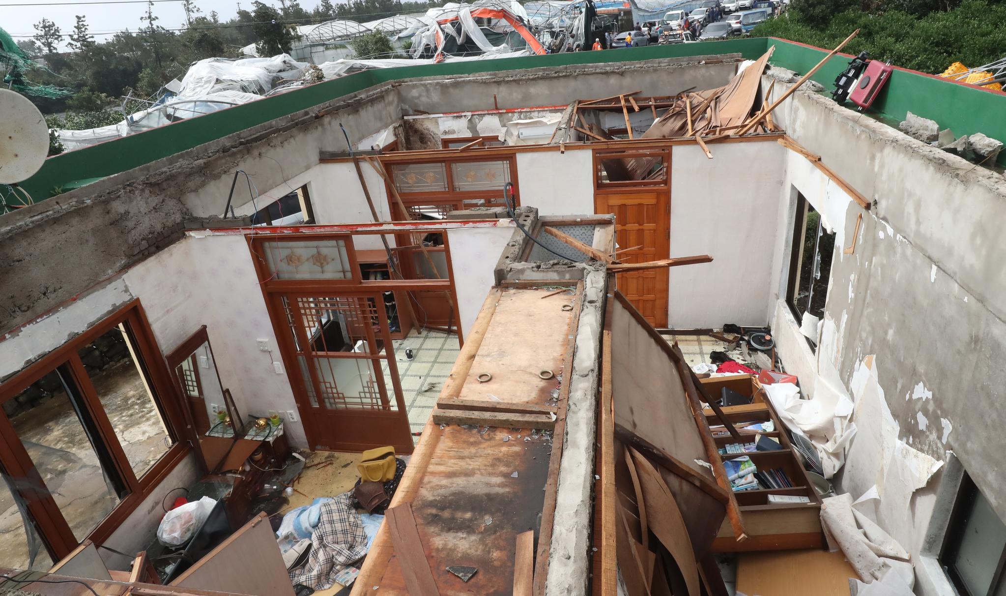 2일 오전 제18호 태풍 '미탁(MITAG)'이 몰고 온 돌풍의 영향으로 서귀포시 성산읍 신풍리의 한 주택 지붕이 날아가 있다. [뉴스1]