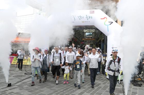 올림픽 아리바우길 걷기축제가 개막했다. 사진은 지난달 26일 참가자들이 1코스 시작점 정선 아리랑시장을 출발하는 모습. 권혁재 사진전문기자