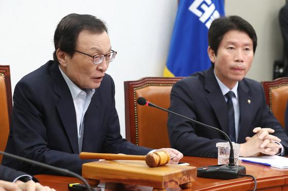 이해찬 더불어민주당 대표가 2일 오전 서울 여의도 국회에서 열린 최고위원회의에서 모두발언을 하고 있다. [뉴스1]