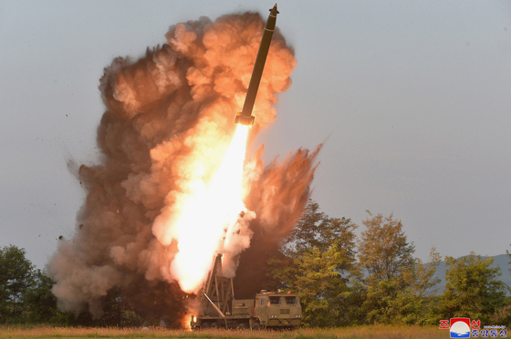 북한이 지난달 10일 진행한 초대형 방사포에 대한 '내륙횡단' 시험발사 모습. [조선중앙통신]