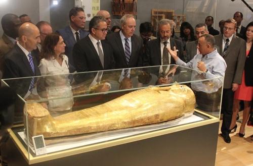 이집트문명국립박물관이 공개한 고대 황금관. [연합뉴스]