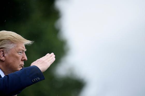 도널드 트럼프 미국 대통령이 30일(현지시간) 버지니아주 포트 마이어 기지에서 열린 마크 밀리 신임 합참의장 취임식에 참석해 경례를 하고 있다. [AFP=연합뉴스]